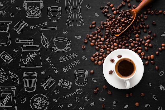 Vue de dessus tasse de café avec des grains torréfiés