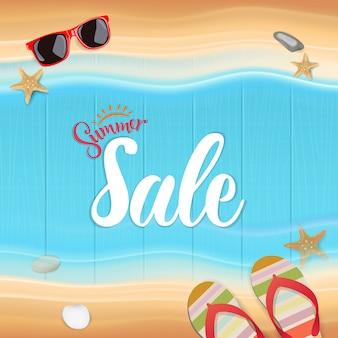 Vue de dessus, texte de vente de l'été sur bois, illustration vectorielle.