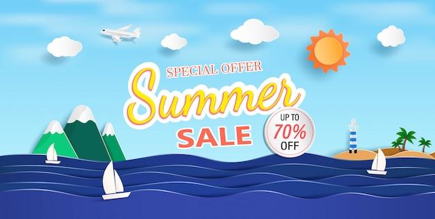 Vue sur la mer et bannière de vente d'été avec du papier découpé.