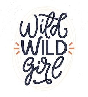 Wild wild girl - lettrage dessiné à la main. slogan inspirant du féminisme. citation de puissance de fille.