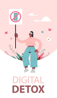 Woman holding banner avec signe interdisant d'utiliser le concept de désintoxication numérique smartphone