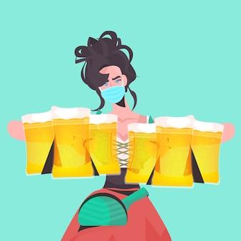 Woman holding chopes à bière oktoberfest party festival célébration serveuse portant masque