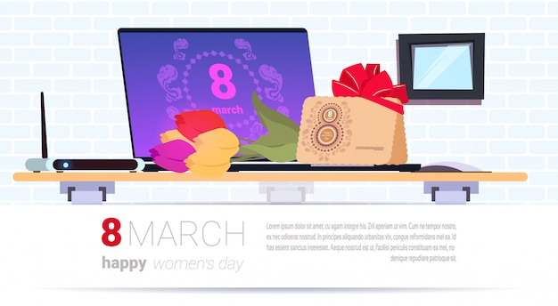 Worplace avec une boîte-cadeau et une enveloppe du 8 mars pour la journée de la femme heureuse présente sur fond de modèle