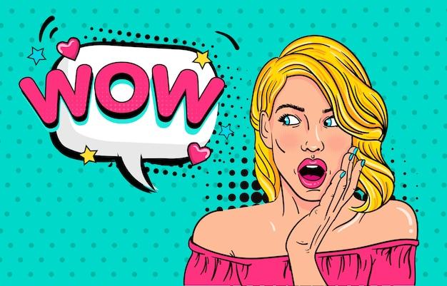 Wow pop art visage féminin. sexy jeune femme surprise avec la bouche ouverte et les cheveux blonds et wow! bulle. fond clair dans un style bande dessinée rétro pop art.