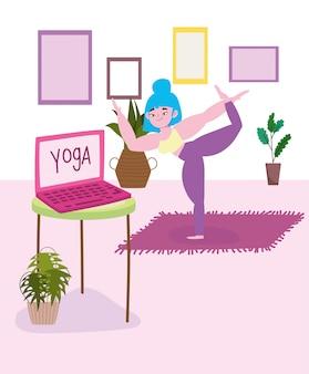 Yoga en ligne, jeune femme étirement des exercices de yoga dans la chambre avec ordinateur portable