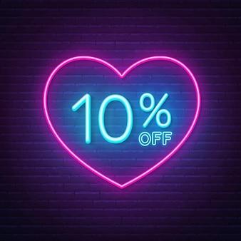 10 por ciento de descuento en letrero de neón en una ilustración de fondo de marco en forma de corazón