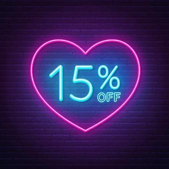 15 por ciento de descuento en letrero de neón en una ilustración de fondo de marco en forma de corazón