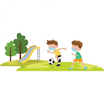 2 niños usan una máscara médica mientras juegan al fútbol juntos en la ilustración del parque