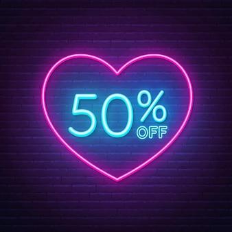 50 por ciento de descuento en letrero de neón en una ilustración de fondo de marco en forma de corazón