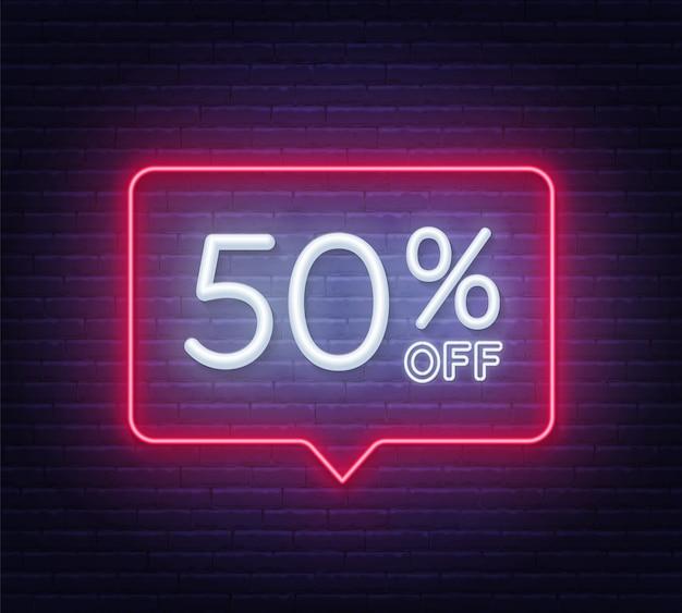 50 por ciento de descuento en letrero de neón en la pared de ladrillo