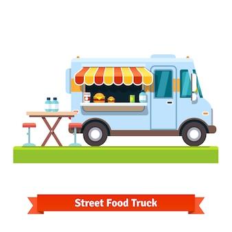 Abierto camión de alimentos callejeros con mesa libre