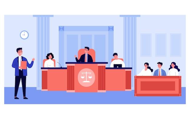 Abogado hablando frente a jueces y abogado en la corte