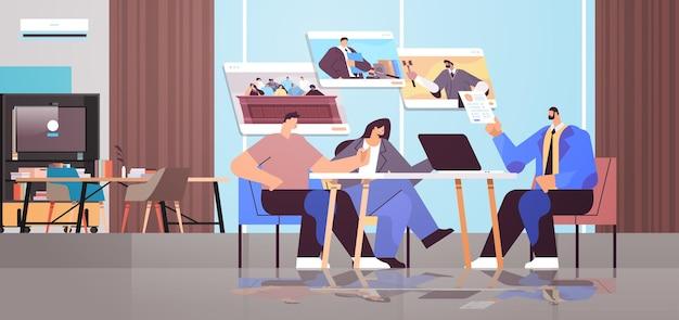 Abogado o juez de sexo masculino consultar discutiendo con los clientes durante la reunión de la ley y el servicio de asesoramiento legal concepto de consulta en línea moderna oficina horizontal interior
