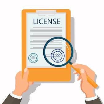 Abogado que revisa documentos legales planos