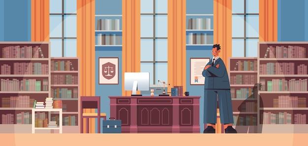 Abogado de sexo masculino de pie cerca en el lugar de trabajo asesoramiento legal y concepto de justicia oficina moderna interior de longitud completa ilustración vectorial horizontal