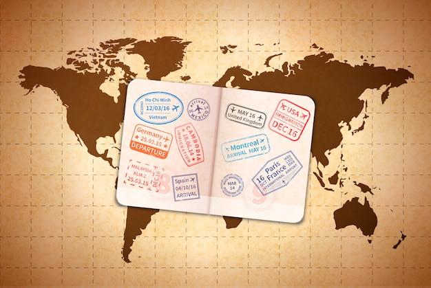 Abra el pasaporte extranjero con sellos de visa internacional en el mapa del mundo antiguo en papel viejo