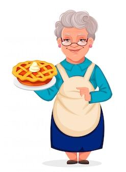 Abuela sosteniendo un delicioso pastel de calabaza
