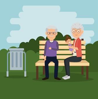 Los abuelos se juntan con el bebé en el parque