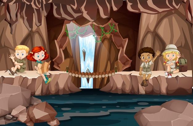 Acampando niños en la cueva