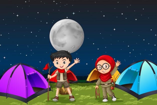 Acampando niños por la noche