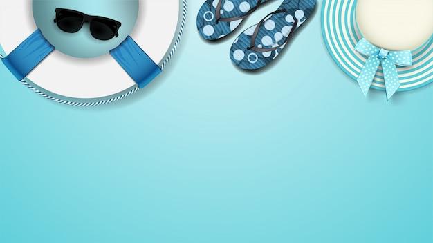 Accesorios de playa de verano sobre un fondo azul, vista superior. plantillas vacías de verano. fondo para diseños de verano