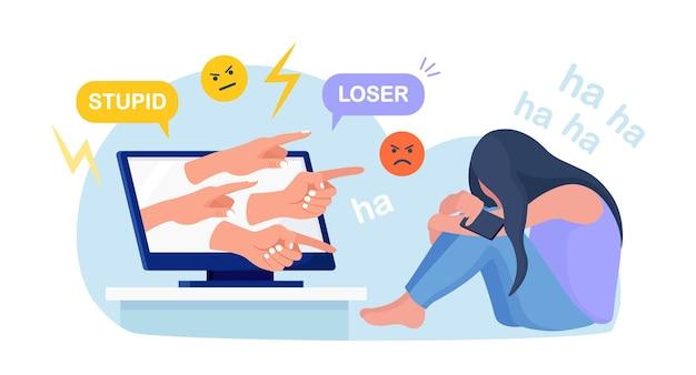 Acoso cibernético. triste adolescente sentado frente a la computadora con aversión en las redes sociales, burla. mujer joven deprimida después de insulto, juramento, abuso verbal en internet. depresión, concepto de estrés