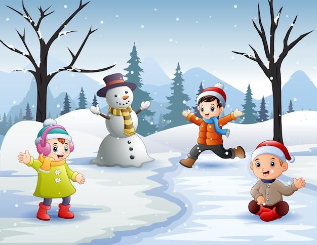 Actividades de invierno al aire libre con niños y muñeco de nieve.