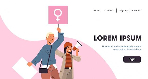 Activistas de empoderamiento de las mujeres que protestan sosteniendo carteles con signo de género femenino demostración feminista movimiento de poder de las niñas concepto de protección de derechos concepto copia espacio horizontal