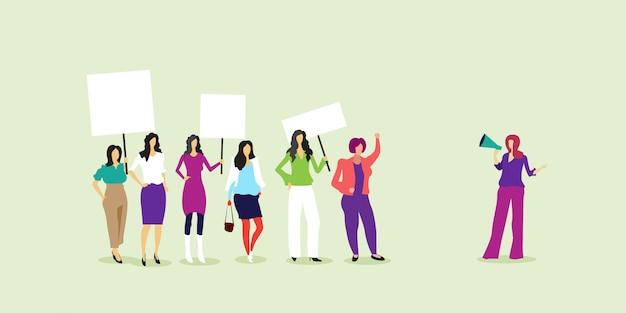 Activistas protestando sosteniendo pancartas en blanco manifestación feminista movimiento de poder femenino protección de los derechos concepto de empoderamiento de las mujeres de cuerpo entero horizontal