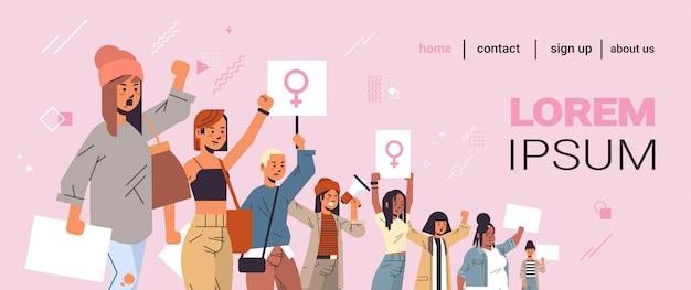 Activistas de raza mixta protestando sosteniendo pancartas con signo de género femenino demostración feminista movimiento de poder femenino protección de los derechos concepto de empoderamiento de las mujeres retrato copia espacio horizontal