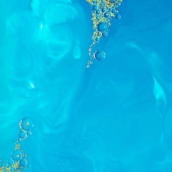 Acuarela azul abstracta con vector de fondo de brillo dorado