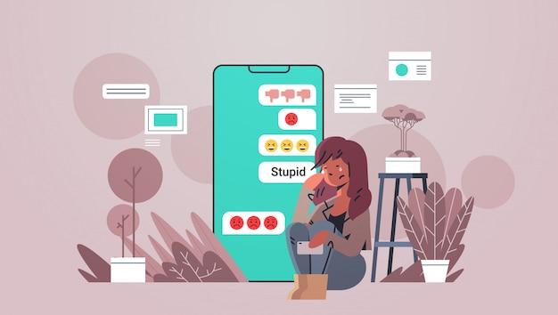 Adolescente siendo acosado chica usando la aplicación de chat móvil en línea