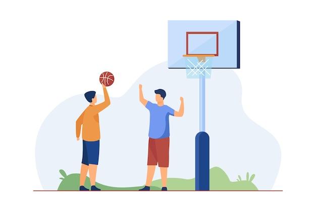 Adolescentes jugando baloncesto en la calle. bola, niño, amigo ilustración vectorial plana. juego deportivo y concepto de actividad de verano.
