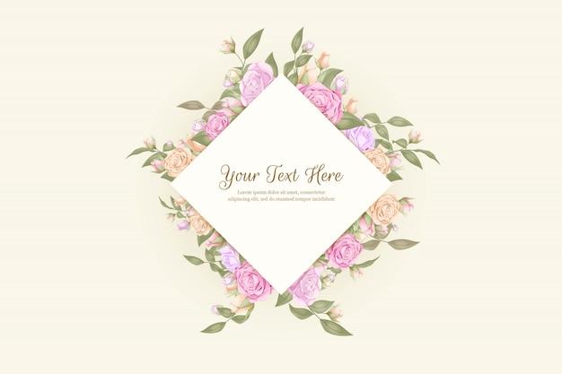 Adorno de boda con capullos de rosas y ramo de hojas