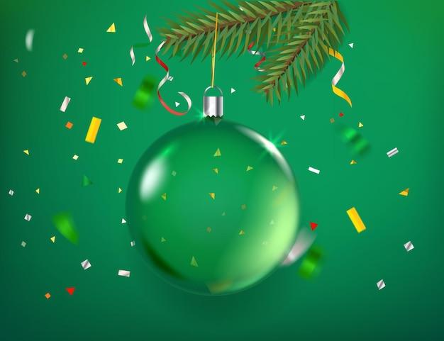 Adorno navideño transparente verde con confeti sobre fondo verde