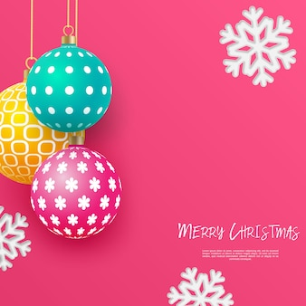 Adornos navideños brillantes multicolores con motivos geométricos y copos de nieve. resumen de antecedentes de navidad en colores brillantes. lugar para su texto.