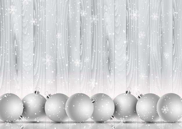 Adornos navideños en un copo de nieve decorativo y fondo de madera