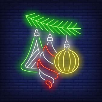 Adornos navideños en letrero de neón de rama de árbol de abeto