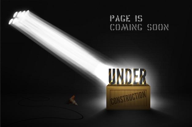 Bajo advertencia de construcción en caja de madera en focos sobre fondo negro. próximamente sitio web con texto en 3d en el reflector en la escena. banner oscuro de página web con cono y luz brillante.