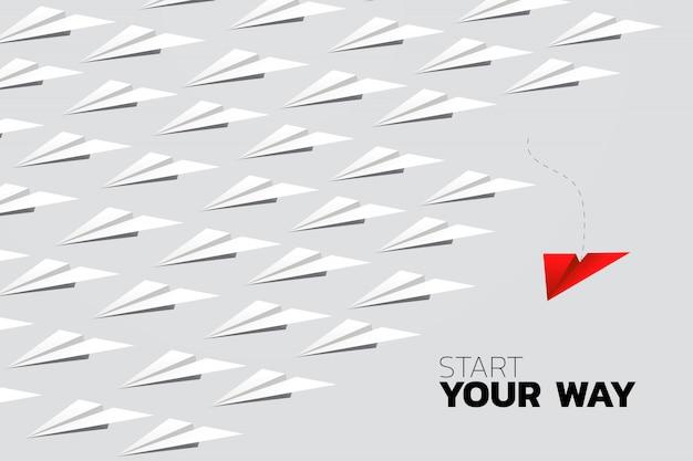 Aeroplano rojo del papel del origami que sale del grupo de blanco. concepto de negocio de la misión de la interrupción y la visión.