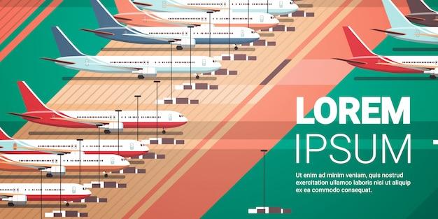 Aeropuerto con aviones estacionados en calle de rodaje coronavirus pandemia concepto de cuarentena