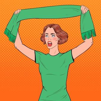 Aficionado al fútbol pop art woman con bufanda de su equipo favorito
