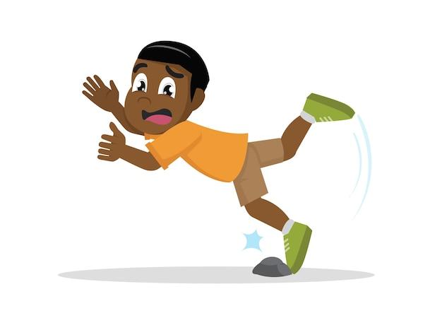 African boy estaba tropezando con la roca.
