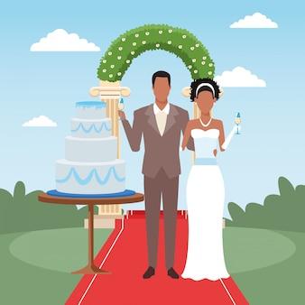 Afro pareja de recién casados con pastel de hierba y arco floral alrededor