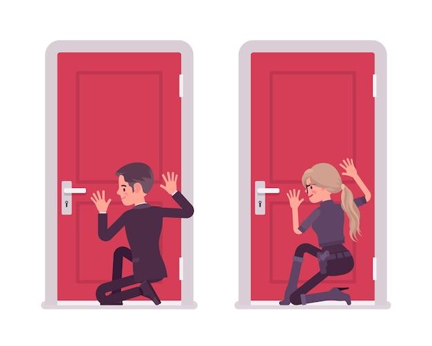 Agente secreto hombre y mujer escuchando a escondidas en la puerta