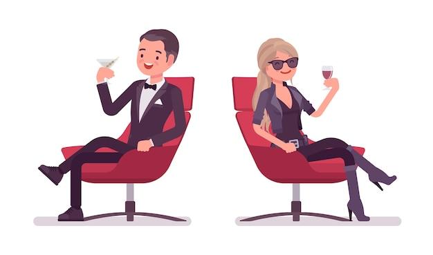 Agente secreto hombre y mujer relajarse bebiendo