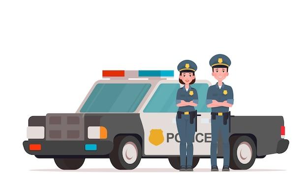 Agentes de policía, hombre y mujer, parados cerca de un coche de policía