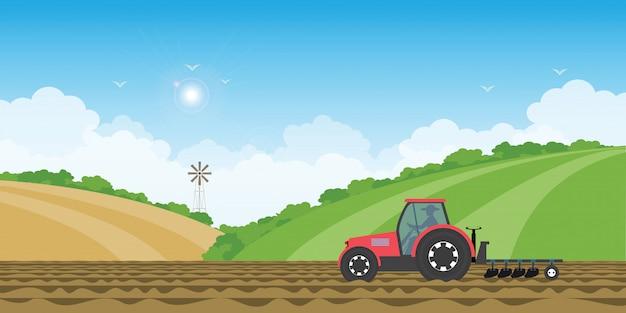 Agricultor manejando un tractor en tierras de cultivo en el fondo de la colina de paisaje de granja rural.