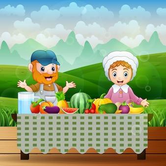 Los agricultores comerán la fruta fresca en la mesa.