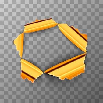 Agujero rasgado en placa de metal dorado brillante sobre fondo transparente